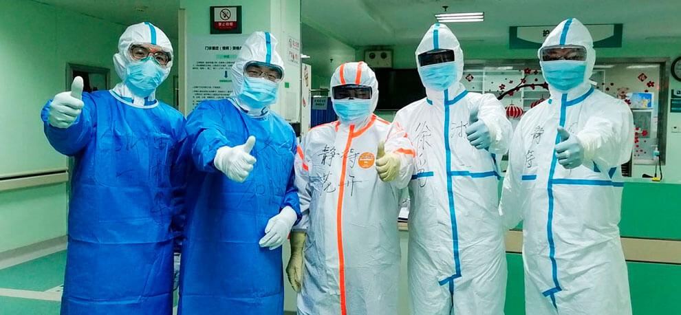 Dr. Dongchen Zhou junto a otros doctores voluntarios